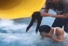 """抖音女子玩水上滑梯身上物品不慎掉下场面一度""""尴尬"""""""